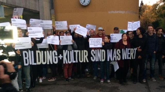 Eine Gruppe Demonstranten mit Plakaten