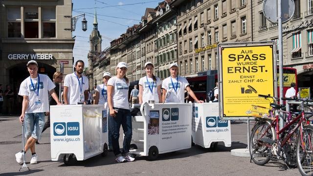 Während eines Monats sensibilisieren Umweltbotschafter in der Stadt Bern Passanten für sauberere Strassen.