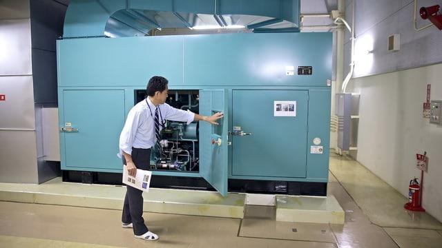 Nakashima-san öffnet die Luke zur Turbine des Generators.