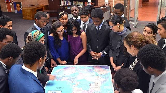 Schüler der «African Leadership Academy» betrachten eine Karte Afrikas.