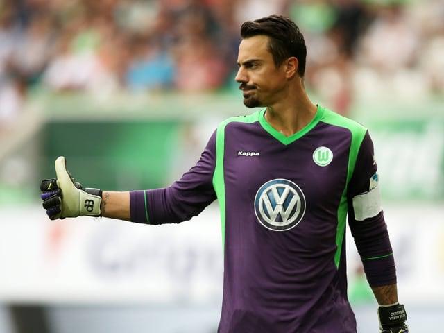 Diego Benaglio gibt Anweisungen in einem Testspiel von Wolfsburg.