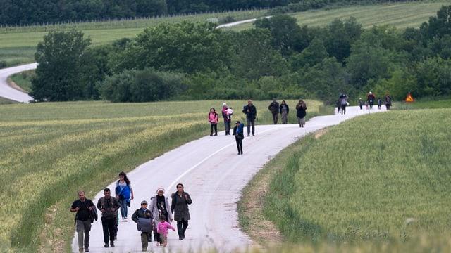 Fugitivs en viadi al champ da fugitivs ad Idomeni en Grezia.