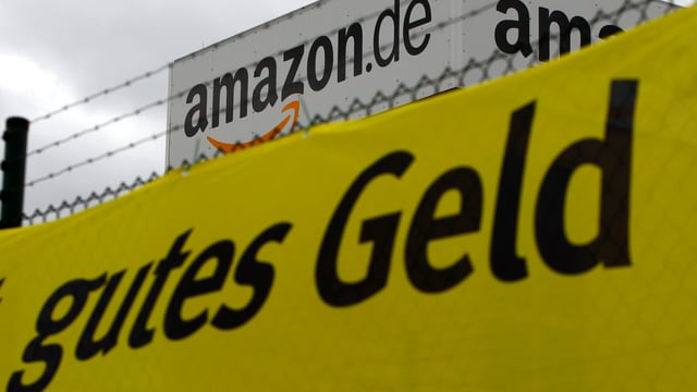 Firmenlogo von amazon.de plus Schriftzug auf Plakat auf dem steht «gutes Geld»