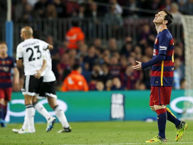 Lionel Messi ärgert sich nach der Niederlage gegen Valencia
