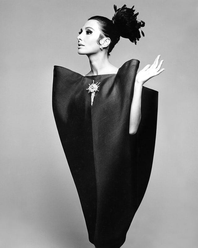Eine Frau in Balenciagas berühmtem Couvert-Kleid.