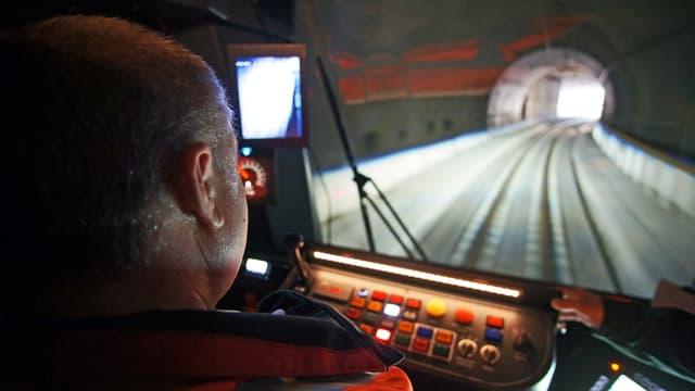 Lokführer während Fahrt durch Tunnel