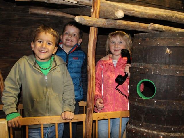 Drei Kinder in einem der Spielhäuser