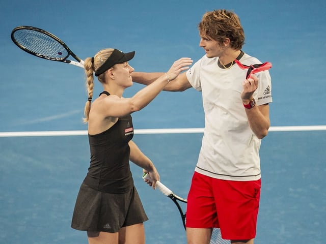 Angelique Kerber und Alexander Zverev  umarmen sich auf dem Court.