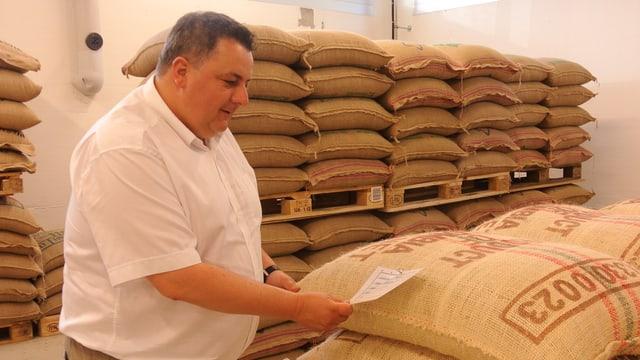 Regina-Chef Peter Gertsch bei seinem wertvollen Rohstoff, den Kaffeeebohnen.