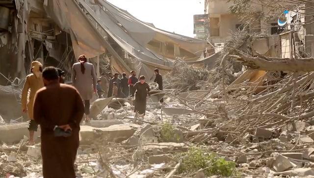 Dieses Standbild aus einem IS-Video von Ende Mai soll Schäden der Luftangriffe auf Rakka zeigen.