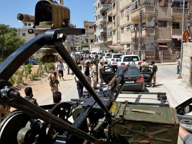 UNO-Inspektoren werden von Kämpfern der Freien Syrieschen Armee durch Damaskus eskortiert. (reuters)