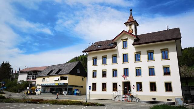 Gemeindehaus, daneben Volg-Einkaufsladen