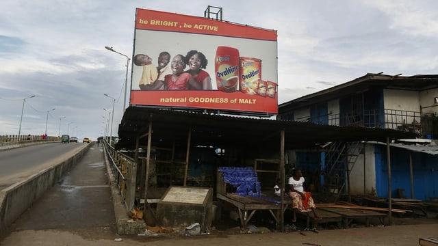 2017 hängt dieses Plakat in auf dem afrikanischen Kontinent in Liberia.