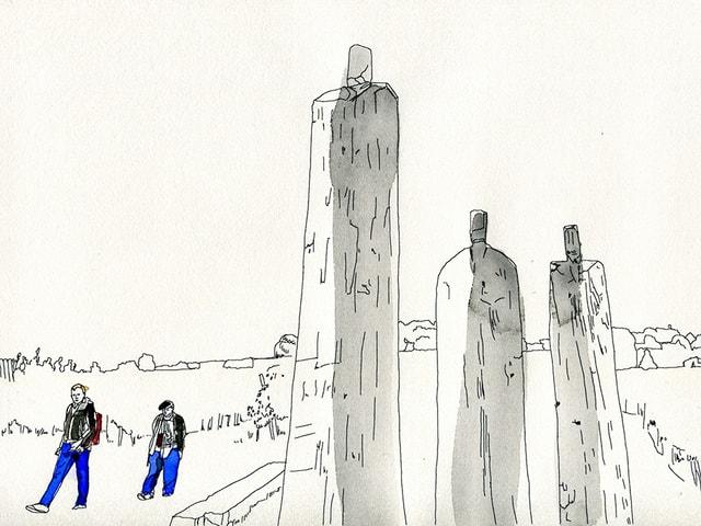 Ein Mann und eine Frau spazieren an Skulpturen vorbei.