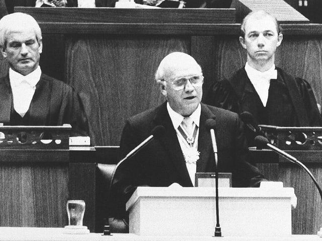 Frederik Willem de Klerk bei deiner Rede, sie alles änderte, im Parlament in Pretoria (schwarz-weiss).