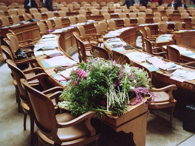 Im leeren Nationalratssaal liegt nach Dreifuss' Wahl ein zerzauster Blumenstrauss auf Brunners Nationalratspult.