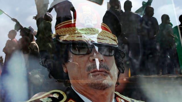 Gadaffi auf einem Transparent von Demonstranten.
