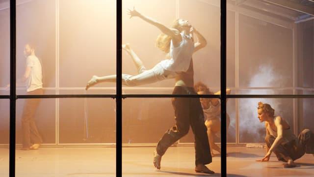 Tänzer in einem Glashaus.