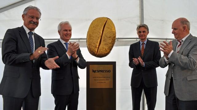 Die goldene Kaffeebohne: «Offizielle» feiern in Romont die Grundsteinlegung der Nespressofabrik.