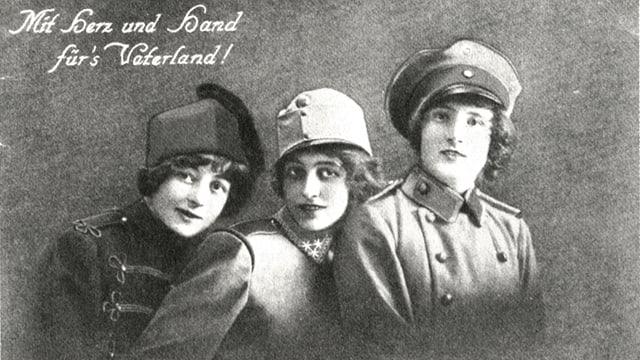 Man sieht drei Frauen in Uniform. Es ist eine Postkarte mit der Aufschrift «Mit Herz und Hand für's Vaterland».
