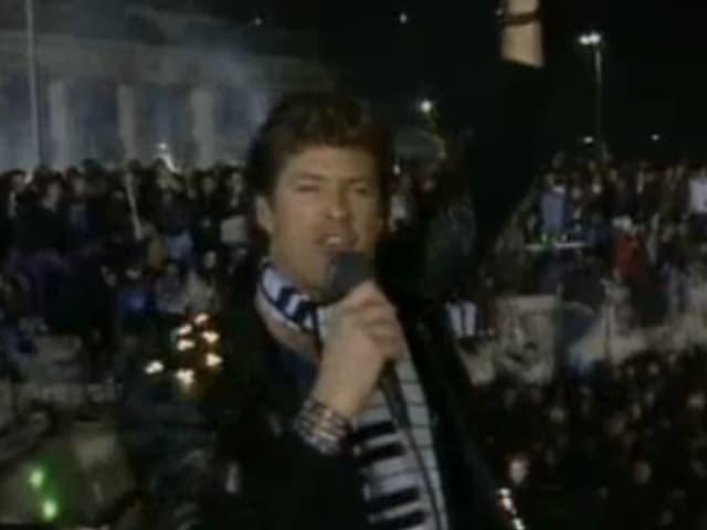 David Hasselhoff vor der Berliner Mauer.