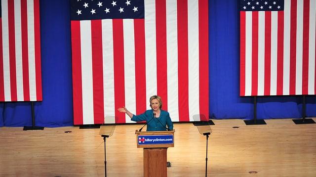 Hillary Clinton hält auf einer Bühne eine Rede