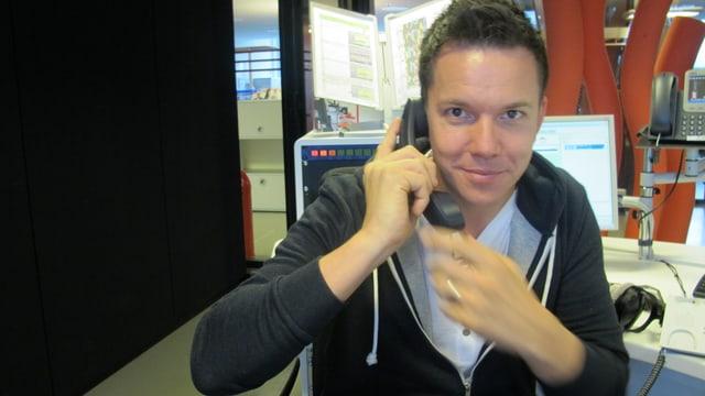 Sven Epiney am Telefon