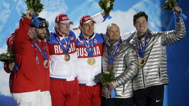 Beat Hefti und Alex Baumann neben den nachträglich disqualifizierten Siegern Alexander Zubkov und Alexey Voevoda (v.l.) bei der Siegerehrung in Sotschi 2014.