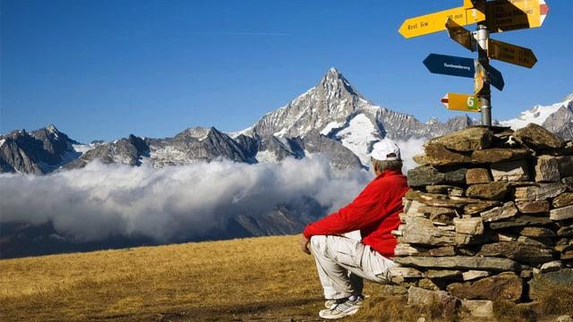Ein Wanderer bewundert das Walliser Bergpanorama