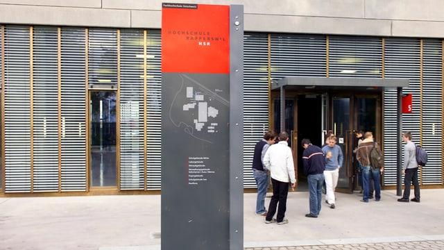 Studenten vor dem Eingang der Hochschule für Technik in Rapperswil