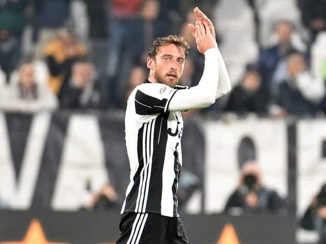 Claudio Marchisio klatscht auf Spielfeld