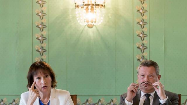 Die beiden BKW-Vertreter informieren die Medien über die Pläne zu Mühleberg.