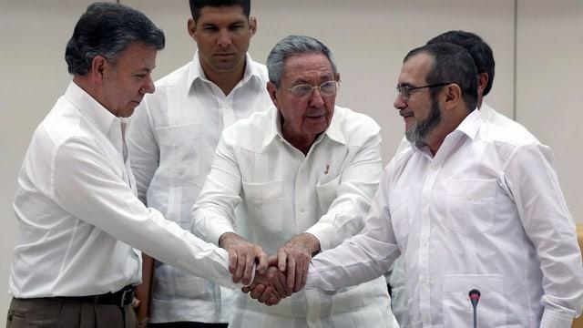 Il president columbian Santons (san.), il president cuban Raul Castro (mez) ed il schef da la FARC Timochenko (dre.)