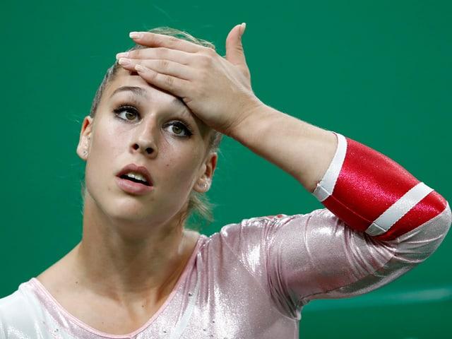 Giulia Steingruber greift sich an die Stirn.