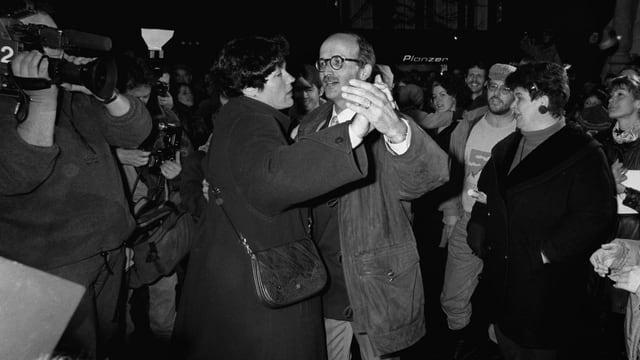 Ein Paar beim Tanzen, umgeben von einer Menschenmenge.