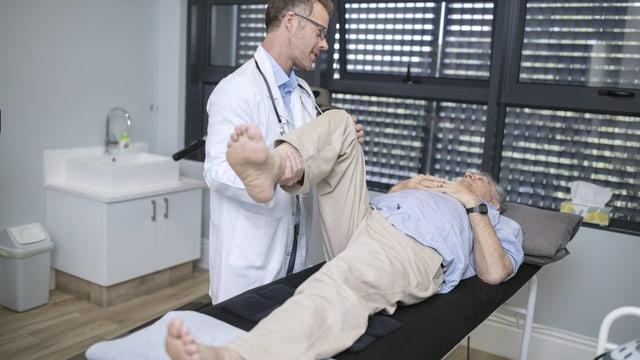Mann bei Arzt