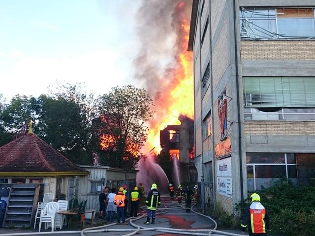 Brennende Lagerhalle.