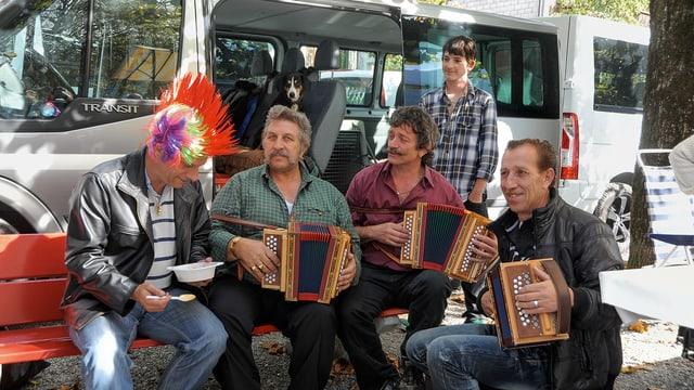 Vier Männer beim Musizieren mit Handörgeli
