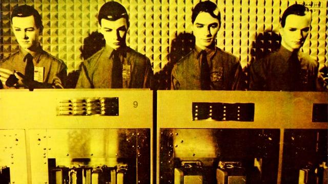 Gelbes Album-Cover: Vier roboterhaft aufgemachte Männer hinter Retro-Computern.