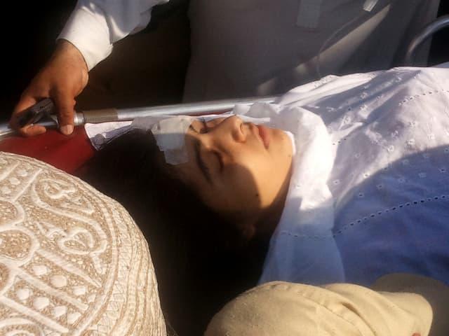 Malala auf der Trage