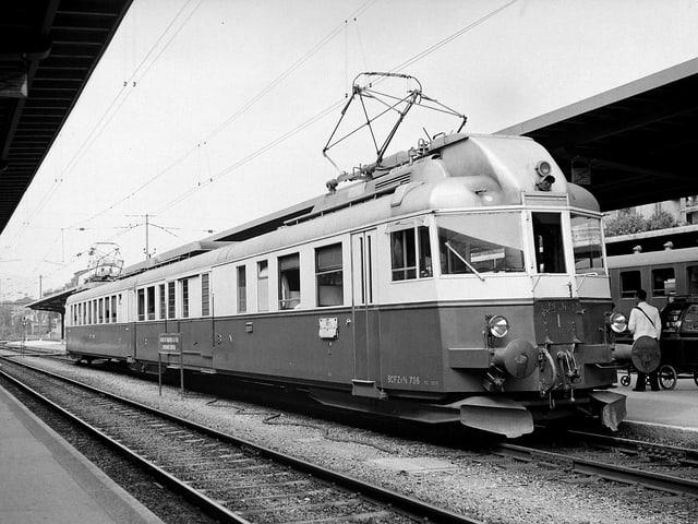 Während Jahrzehnten ein vertrautes Bild: Der «Blaue Pfeil» im Bahnhof Neuenburg.