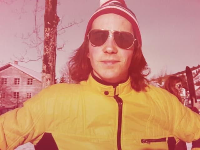 Ein Mann in einem gelben Skidress.