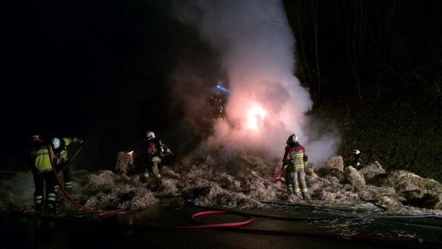 Auf der Autobahn bei Frauenkappelen brennt eine Ladung Heu.