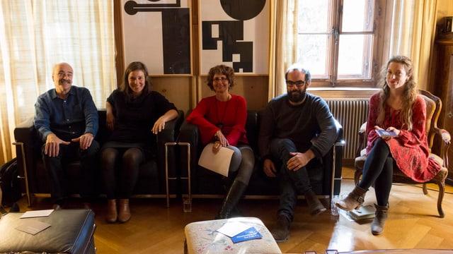 Dumenic Andry, Sara Francesca Hermann, Bettina Secchi, Martin Cantieni e la moderatura Flurina Badel en stiva a Schlarigna.