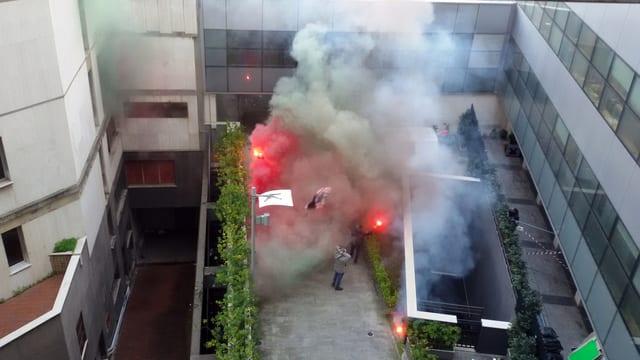 Ein von Rauch verhüllter Innenhof von oben gesehen.