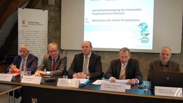 Die Spitze der bernischen Psychiatrie: links die drei Betriebsdirektoren, Regierungsrat Perrenoud, Projektleiter.