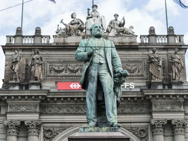 Die Statue von Alfred Escher vor dem Zürcher Hauptbahnhof