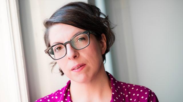 Porträt der Schweizer Filmregisseurin Petra Volpe im gepunkteten Kleid.
