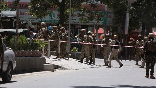 Afghanische Sicherheitskräfte kommen am Anschlagsort vor der iranischen Botschaft im Zentrum Kabuls an.