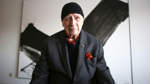 K. O. Götz vor einem seiner abstrakten Grossformate.